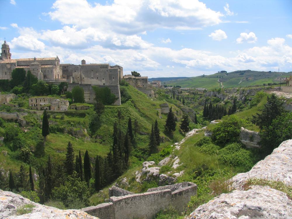 Gravina_in_Puglia_-_Vista_de_la_Cattedrale_e_torrente_la_'Gravina'1
